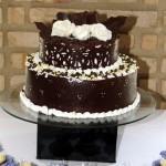 Bolo de chocolate de andares decorado com branco (Foto: divulgação)