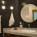 Espelho redondo na decoração do banheiro.