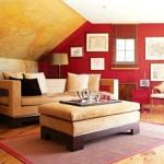 A parede vermelha aparece como um painel na decoração da sala de estar.