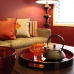 A parede vermelha na sala reforça a sensação de calor e conforto.