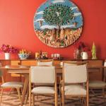 Uma parede vermelha na sala de jantar estimula o apetite.