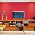 O painel vermelho enobrece a decoração.