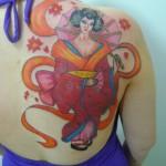 Tatuagem de gueixa com kimono vermelho (Foto: divulgação)