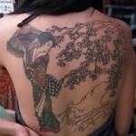 Tatuagem de gueixa com paisagem nas costas (Foto: divulgação)