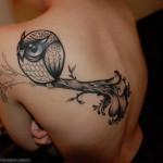 Tatuagem feminina de coruja  nas costas (Foto: divulgação)