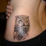 Tatuagem de coruja na cintura (Foto: divulgação)