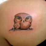 Tatuagem feminina de filhote de coruja nas costas (Foto: divulgação)