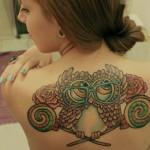 Tatuagem feminina de coruja com óculos nas costas (Foto: divulgação)