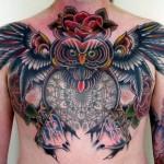 Tatuagem masculina de coruja colorida com uma flor na cabeça (Foto: divulgação)