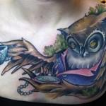 Tatuagem feminina de cojuja  no peito (Foto: divulgação)