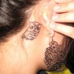 Tatuagem de coruja atrás da orelha (Foto: divulgação)