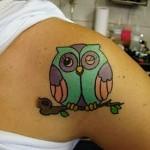 Tatuagem, feminina no ombro, de coruja piscando o olho (Foto: divulgação)