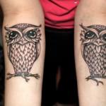 Tatuagens de corujas em preto e branco nos braços (Foto: divulgação)