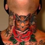 Tatuagem masculina de coruja colorida no pescoço (Foto: divulgação)