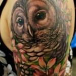 Tatuagem masculina  de coruja, um símbolo de sabedoria e poder (Foto: divulgação)