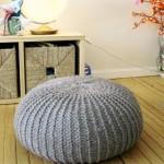 O puff de lã é uma opção confortável e aconchegante para decorar.