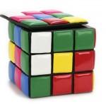 Puff com design inspirado no cubo mágico.