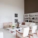 O marrom contrasta com as demais paredes brancas.