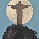 A lua nascendo atras do Cristo (Foto: divulgação)