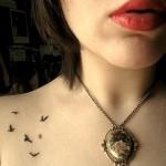 Tatuagem de pássaros no peito (Foto: divulgação)