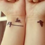 Tatuagem de pássaros no fio (Foto: divulgação)