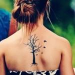 Tatuagem de árvore seca com pássaros nas costas (Foto: divulgação)