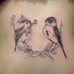 Tatuagem de andorinha nas costas. (Foto: Divulgação)