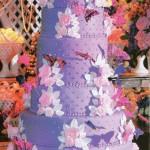 Bolo lilás decorado com flores e borboletas (Foto: divulgação)