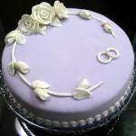 Bolo de casamento lilás decorado com rosas brancas (Foto: dvulgação)