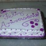 Bolo de aniversário decorado artesanalmente com lilás (Foto: divulgação)