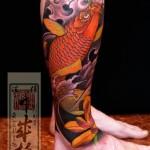 Tatuagem de carpa colorida na perna (Foto: divulgação)