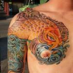 Tatuagem de carpa dourada no peito (Foto: divulgação)