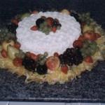 Bolo decorado com frutas tropicais (Foto: divulgação)