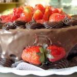 Bolo de chocolate decorado com morangos, uma excelência de sobremesa (Foto: divulgação)