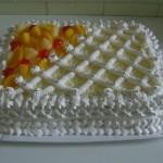 Bolo decorado com frutas frescas e chantilly (Foto: divulgação)