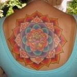Tatuagem de mandala colorida nas costas (Foto: divulgação)