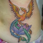 Tatuagem de fênix com flores (Foto: divulgação)