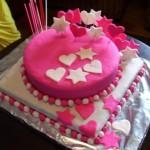 Bolo rosa decorado com corações e estrelas (Foto: divulgação)