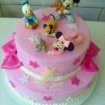Bolo rosa com decoração Baby Disney (Foto: divulgação)
