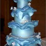 Bolo azul decorado com flores e babados (Foto: divulgação)