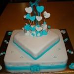 Bolo quadrado decorado com laço azul e corações (Foto: divulgação)