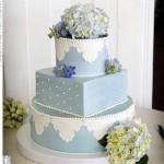 Bolo azul e branco decorado com hortências (Foto: divulgação)