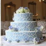 Bolo azul de andares decorado com rosas (Foto: divulgação)