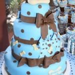 Bolo azul decorado com bolas e laços marrons (Foto: divulgação)
