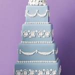 Bolo azul de 4 andares decorado com branco (Foto: divulgação)