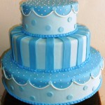 Bolo azul decorado com listras e bolas (Foto: divulgação)