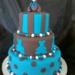 Bolo azul com decoração de ursinhos em pasta americana, listras e bolas (Foto: divulgação)
