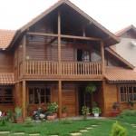 A casa de madeira é charmosa e aconchegante.