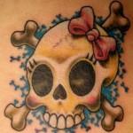 Tatuagem de caveira feminina com ossos (Foto: divulgação)