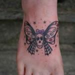 Tatuagem de caveira com asas de borboleta no pé (Foto: divulgação)